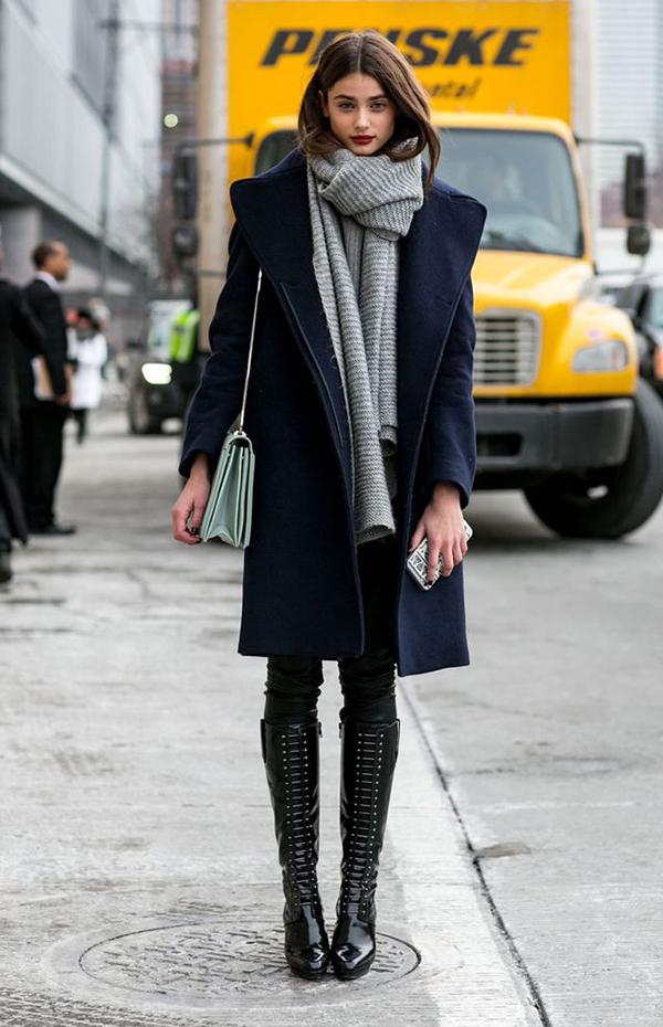 look-calca-de-couro-preta-e-casaco-azul-marinho-com-cachecol-cinza