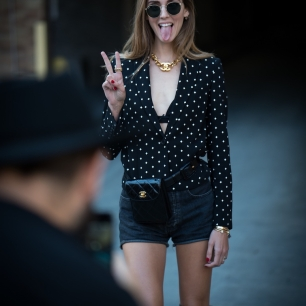 look-all-black-com-pochete-chanel