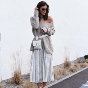 look-com-saia-metalizada-prata-blusão-de-lã-cinza-e-pochete-branca