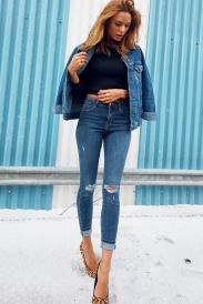 calca-jeans-cintura-alta-crop-top-jaqueta-jeans-e-scarpin-de-oncinha-1_edited